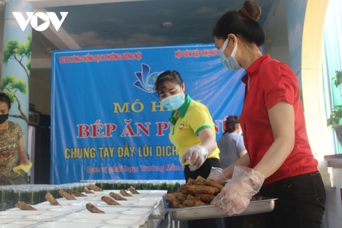 Women of Hanoi offer free meals for frontline workers during COVID-19 fight - ảnh 3