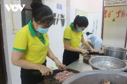 Women of Hanoi offer free meals for frontline workers during COVID-19 fight - ảnh 4