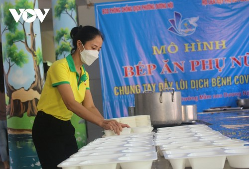 Women of Hanoi offer free meals for frontline workers during COVID-19 fight - ảnh 8