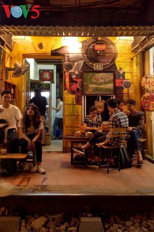 Unique railway café in Hanoi - ảnh 12