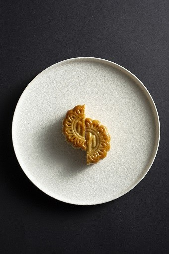 Moon cakes with new flavors ready for Full Moon Festival - ảnh 2