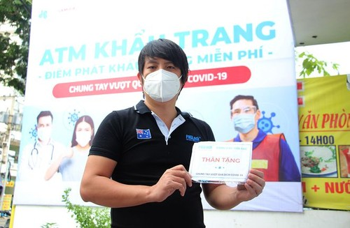 Inventor of Vietnam's rice and face mask ATMs - ảnh 1