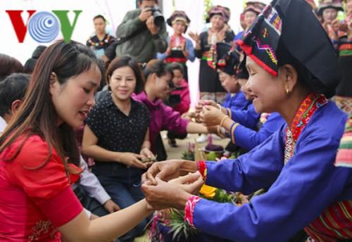 Thread bracelet tying custom of ethnic people in Vietnam's northern mountains  - ảnh 1
