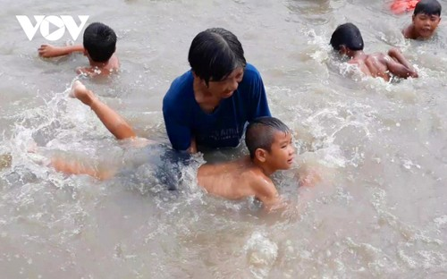 Local swimming coach honored by Forbes Vietnam - ảnh 1