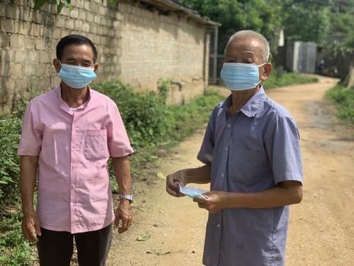 Elderly activist helps keep his village safe from COVID-19  - ảnh 1
