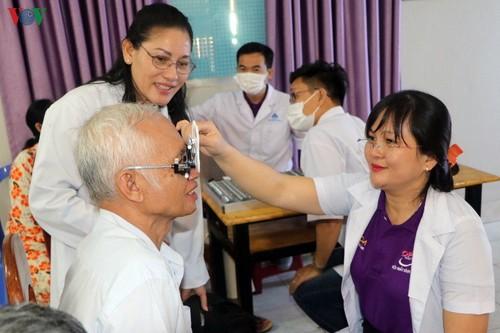 Bác sỹ Việt Nam khám mắt, tặng kính miễn phí cho bà con nghèo Campuchia - ảnh 1