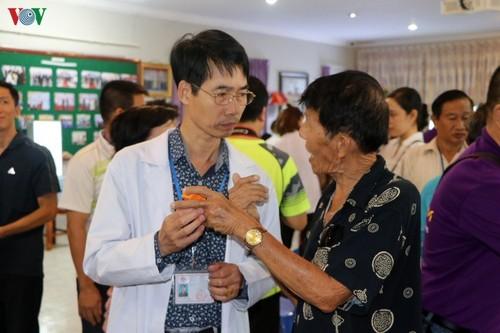 Bác sỹ Việt Nam khám mắt, tặng kính miễn phí cho bà con nghèo Campuchia - ảnh 2