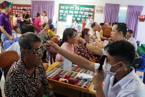 Bác sỹ Việt Nam khám mắt, tặng kính miễn phí cho bà con nghèo Campuchia - ảnh 3