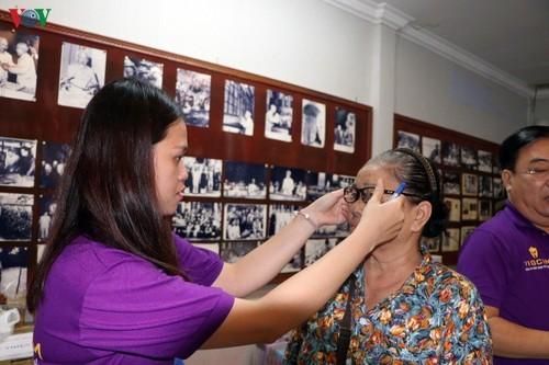 Bác sỹ Việt Nam khám mắt, tặng kính miễn phí cho bà con nghèo Campuchia - ảnh 4