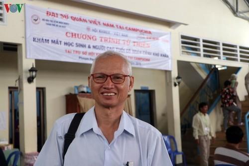 Bác sỹ Việt Nam khám mắt, tặng kính miễn phí cho bà con nghèo Campuchia - ảnh 5