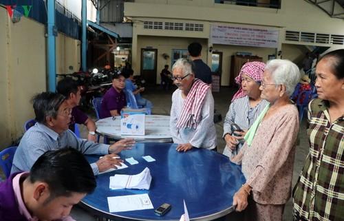 Bác sỹ Việt Nam khám mắt, tặng kính miễn phí cho bà con nghèo Campuchia - ảnh 6