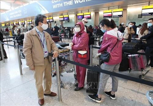 Đón công dân Việt Nam từ Anh về nước - ảnh 1