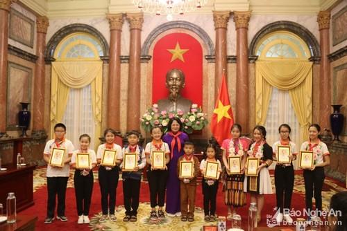 Phó Chủ tịch nước Đặng Thị Ngọc Thịnh gặp mặt đoàn cháu ngoan Bác Hồ tỉnh Nghệ An - ảnh 1
