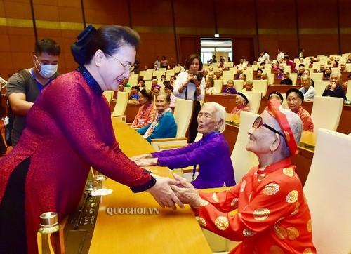 Chủ tịch Quốc hội Nguyễn Thị Kim Ngân gặp mặt các Mẹ Việt Nam anh hùng - ảnh 1