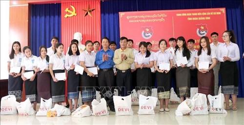 Quảng Bình: Trao tặng 100 suất quà cho sinh viên Lào có hoàn cảnh khó khăn đang học tập tại địa phương - ảnh 1