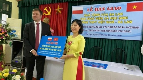 Đại sứ quán Ba Lan tại Hà Nội trao máy tính tặng học sinh Trường Trung học Phổ thông Việt Nam - Ba Lan - ảnh 1
