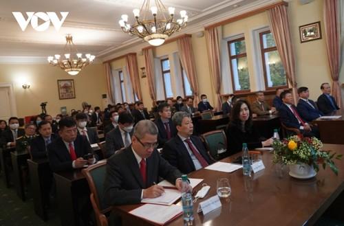 Bộ trưởng Ngoại giao Bùi Thanh Sơn gặp gỡ đại diện cộng đồng người Việt Nam tại Nga - ảnh 2