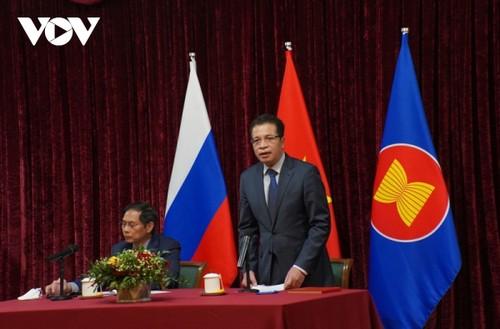 Bộ trưởng Ngoại giao Bùi Thanh Sơn gặp gỡ đại diện cộng đồng người Việt Nam tại Nga - ảnh 3