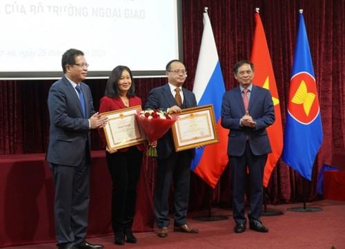 Bộ trưởng Ngoại giao Bùi Thanh Sơn gặp gỡ đại diện cộng đồng người Việt Nam tại Nga - ảnh 5