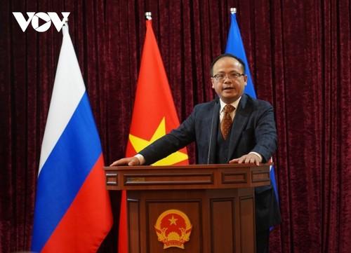 Bộ trưởng Ngoại giao Bùi Thanh Sơn gặp gỡ đại diện cộng đồng người Việt Nam tại Nga - ảnh 7