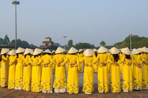 Vẻ đẹp của tà áo dài tung bay ở cố đô Huế  - ảnh 4
