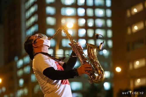 Xúc động nghe nghệ sĩ Trần Mạnh Tuấn thổi kèn bài Quê hương tại bênh viện dã chiến - ảnh 6