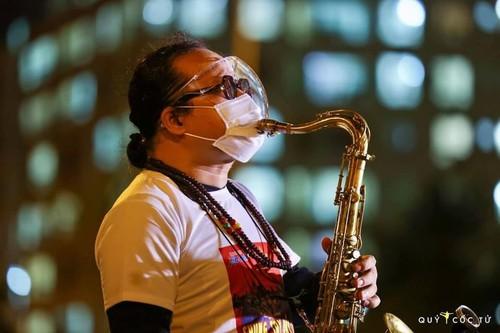 Xúc động nghe nghệ sĩ Trần Mạnh Tuấn thổi kèn bài Quê hương tại bênh viện dã chiến - ảnh 7