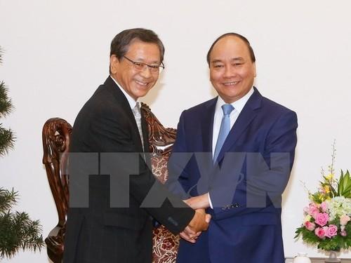 Primer ministro de Vietnam recibe a embajador y experto de Japón - ảnh 1