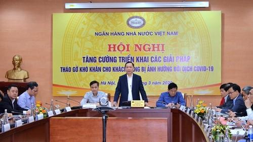 Sector bancario de Vietnam despliega medidas de apoyo a clientes afectados por el Covid-19 - ảnh 1