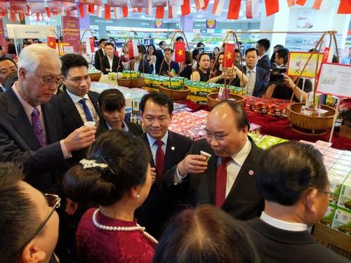 Thủ tướng Nguyễn Xuân Phúc cắt băng khai trương Tuần lễ hàng Việt Nam tại Singapore - ảnh 1