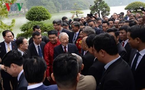 Tổng Bí thư, Chủ tịch nước và kiều bào thả cá chép tiễn ông Táo - ảnh 3