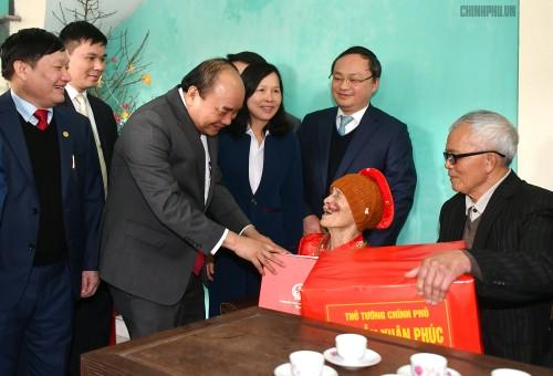 Thủ tướng thăm, chúc Tết người nghèo, gia đình chính sách - ảnh 1