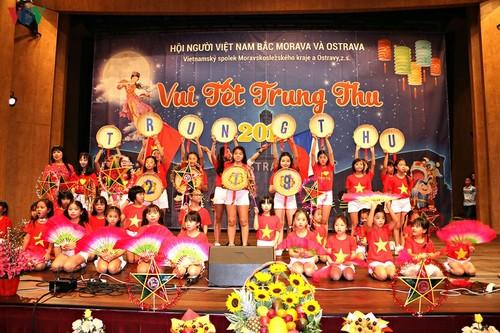 Tết Trung Thu đoàn viên của trẻ em Việt vùng biên giới Séc - ảnh 2