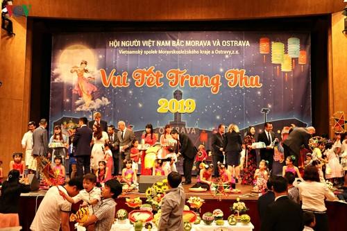 Tết Trung Thu đoàn viên của trẻ em Việt vùng biên giới Séc - ảnh 4
