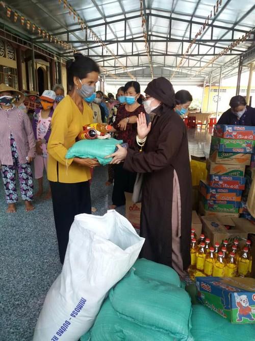 Trung tâm Văn hóa Phật giáo Việt Nam tại Hàn Quốc tặng quà đồng bào bị hạn, mặn - ảnh 4