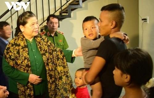 Phó Chủ tịch Thường trực Quốc hội Tòng Thị Phóng thăm và tặng quà người dân vùng lũ Thừa Thiên - Huế - ảnh 1