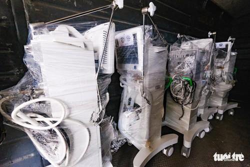 Tàu chở hàng trăm thiết bị y tế của trung tâm hồi sức lớn nhất miền Bắc vào TP.HCM chống dịch - ảnh 5