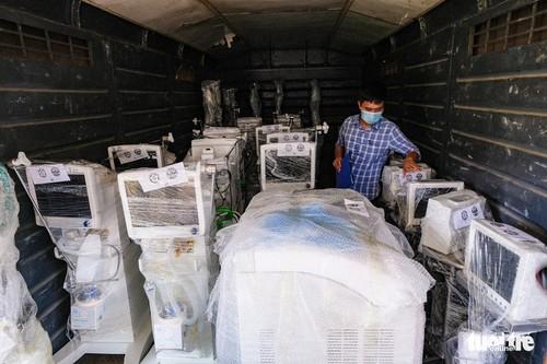 Tàu chở hàng trăm thiết bị y tế của trung tâm hồi sức lớn nhất miền Bắc vào TP.HCM chống dịch - ảnh 6