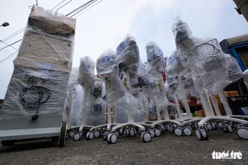 Tàu chở hàng trăm thiết bị y tế của trung tâm hồi sức lớn nhất miền Bắc vào TP.HCM chống dịch - ảnh 4
