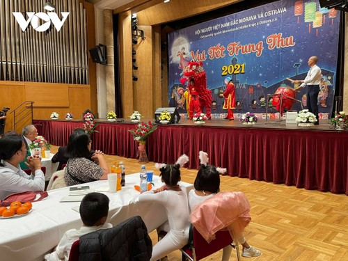 Ấm áp Tết Trung thu cho trẻ em người Việt tại khu vực biên giới CH Séc - ảnh 1