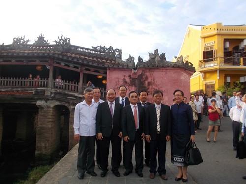 Lao Prime Minister visits Hoi An ancient city  - ảnh 1