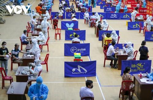 Initial COVID-19 vaccination drive begins in Da Nang - ảnh 8