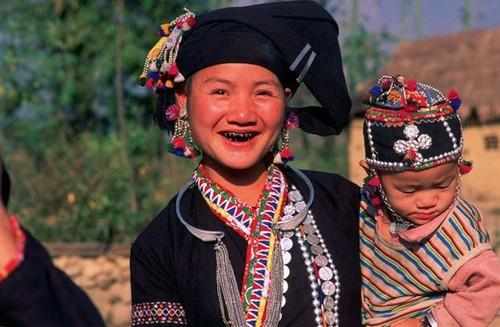 Phong tục nhuộm răng đen của phụ nữ dân tộc Lự ở Lai Châu - ảnh 1