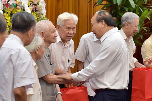 Thủ tướng Nguyễn Xuân Phúc gặp mặt các cựu cán bộ phục vụ Bác Hồ - ảnh 1