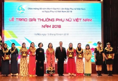 16 tập thể, cá nhân nhận Giải thưởng Phụ nữ Việt Nam - ảnh 1