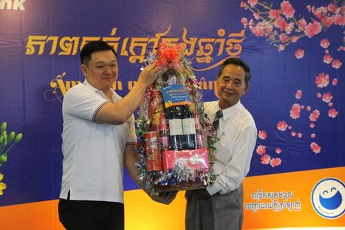 Tặng quà Tết cho 100 gia đình gốc Việt sinh sống tại Campuchia - ảnh 1