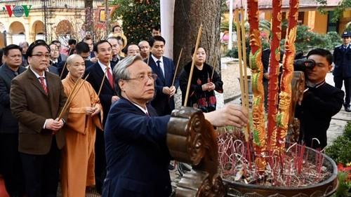 Thường trực Ban Bí thư Trần Quốc Vượng dâng hương tại Hoàng Thành Thăng Long - ảnh 1