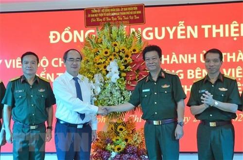 Lãnh đạo Hà Nội, thành phố Hồ Chí Minh thăm, chúc mừng các đơn vị, thầy thuốc tiêu biểu - ảnh 1