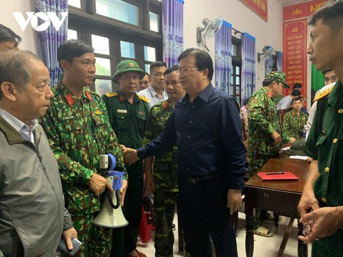 Phó Thủ tướng Trịnh Đình Dũng đến xã Phong Xuân, huyện Phong Điền, trực tiếp chỉ đạo công tác cứu nạn - ảnh 1