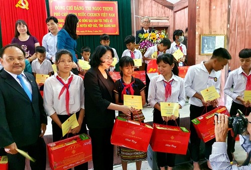 Tặng quà đồng bào nghèo, gia đình chính sách tại tỉnh Quảng Nam - ảnh 1